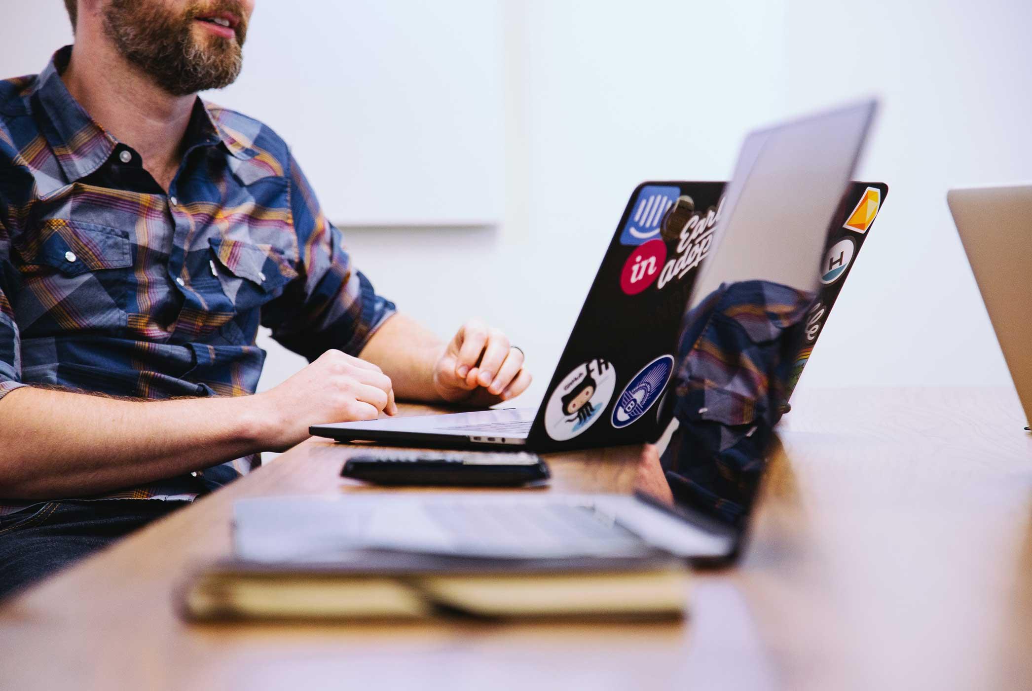 Wertiba Ventures: Macher während der Arbeit an seinem Laptop